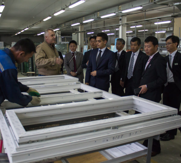 北海道銀行の皆様が、カールヴィ社の工場を訪問